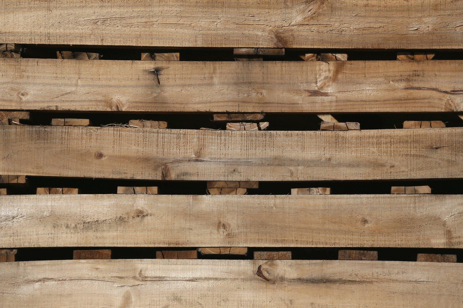 pila di imballaggi industriali in legno