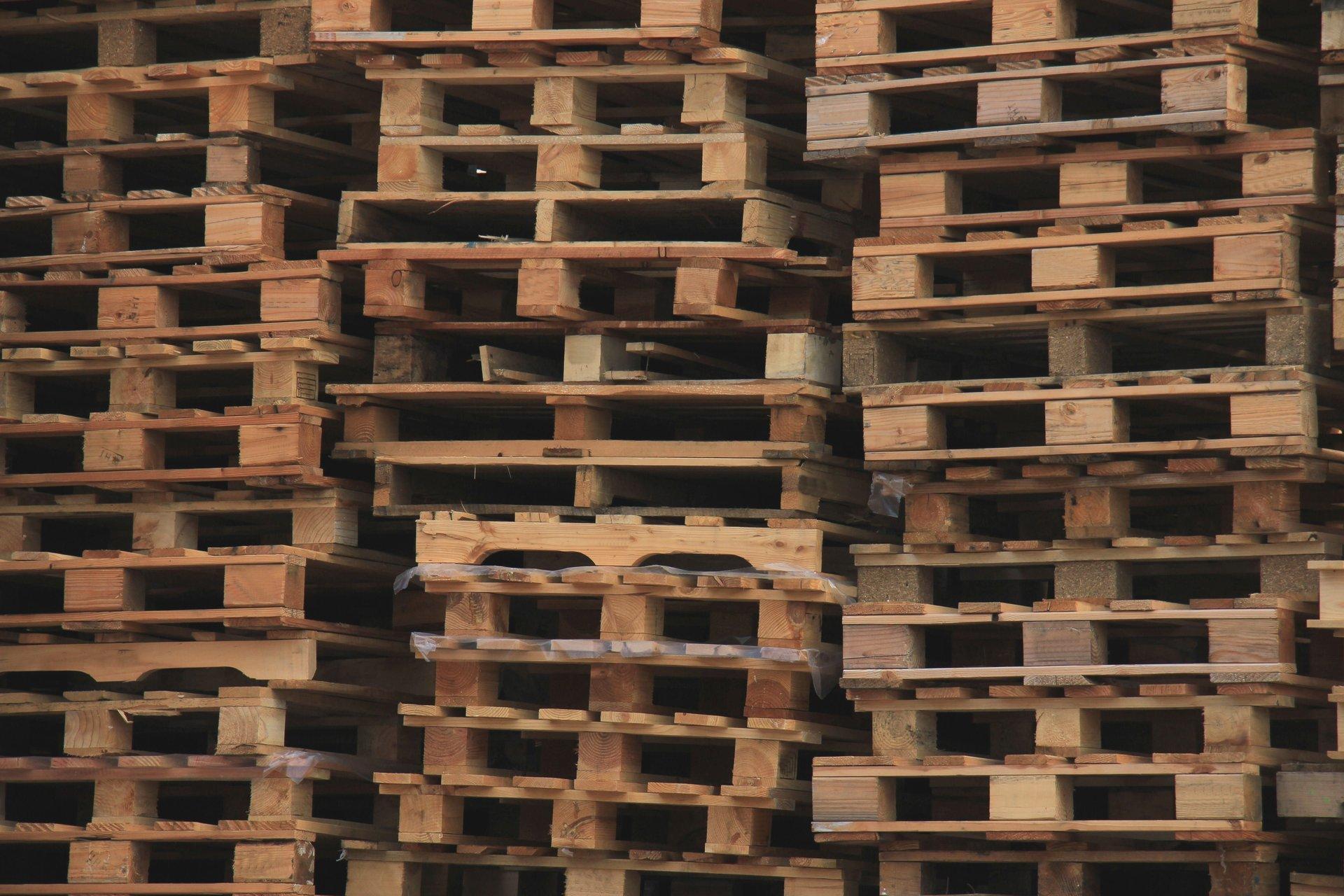 pila di pallets in legno