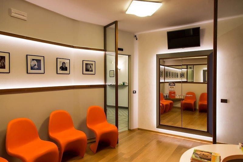 Panoramica dell'elegante sala d'attesa dello studio dentistico Fava