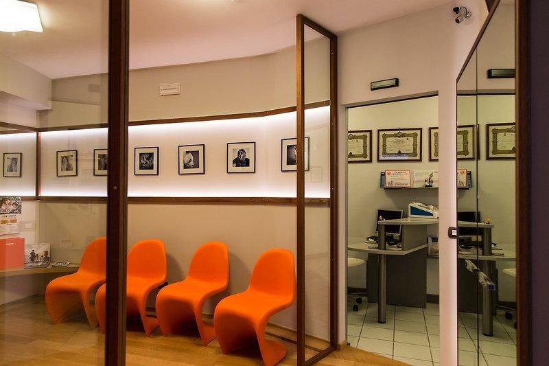 L'accogliente sala d'attesa dello studio dentistico Fava