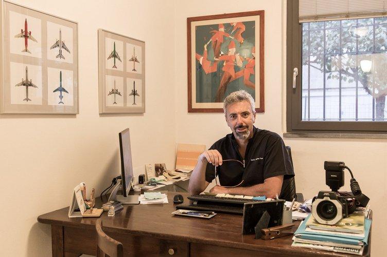 Il dottor Andrea Fava nel suo studio
