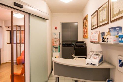 La reception e l'accogliente sala d'attesa dello studio dentistico Fava
