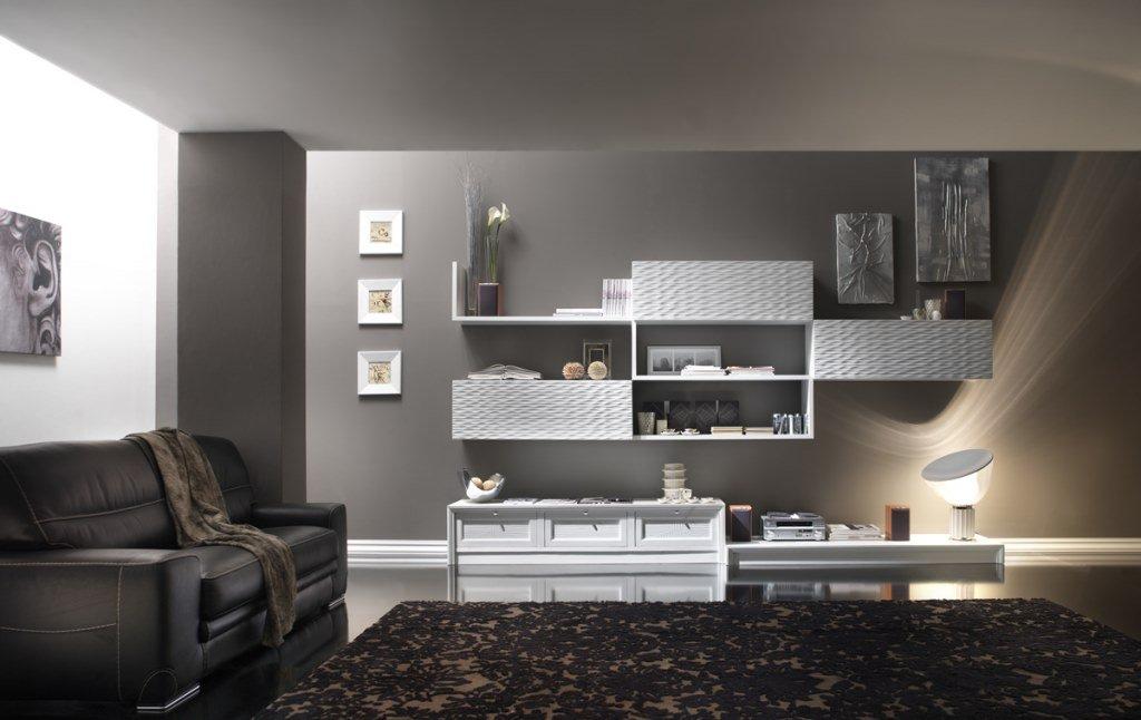 una sala con un mobile da libreria color grigio scuro