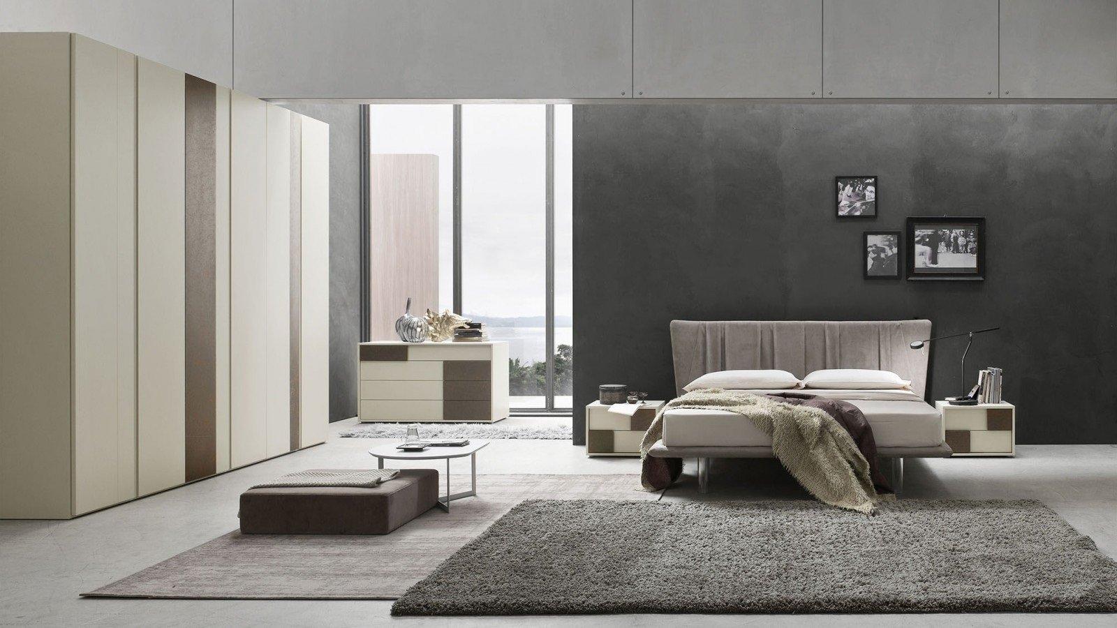 una camera con un letto e un armadio di color beige