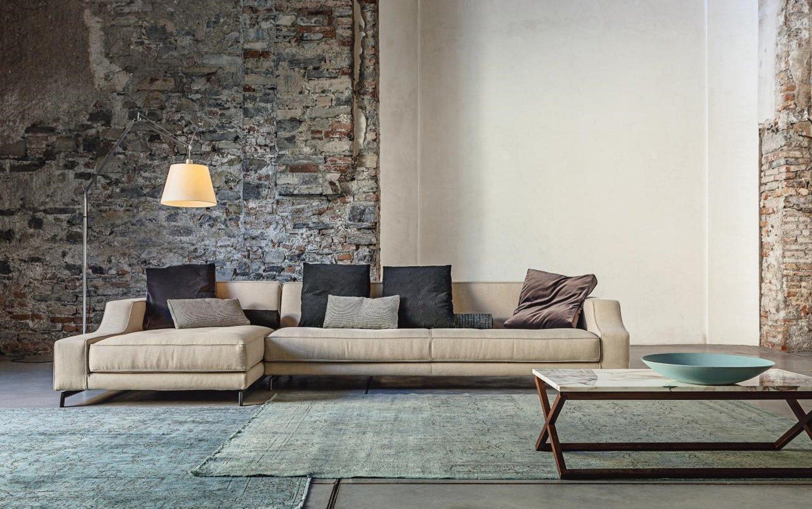 un divano angolare di color beige