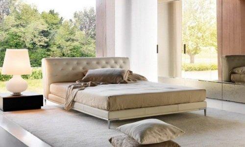 un letto con una testata imbottita