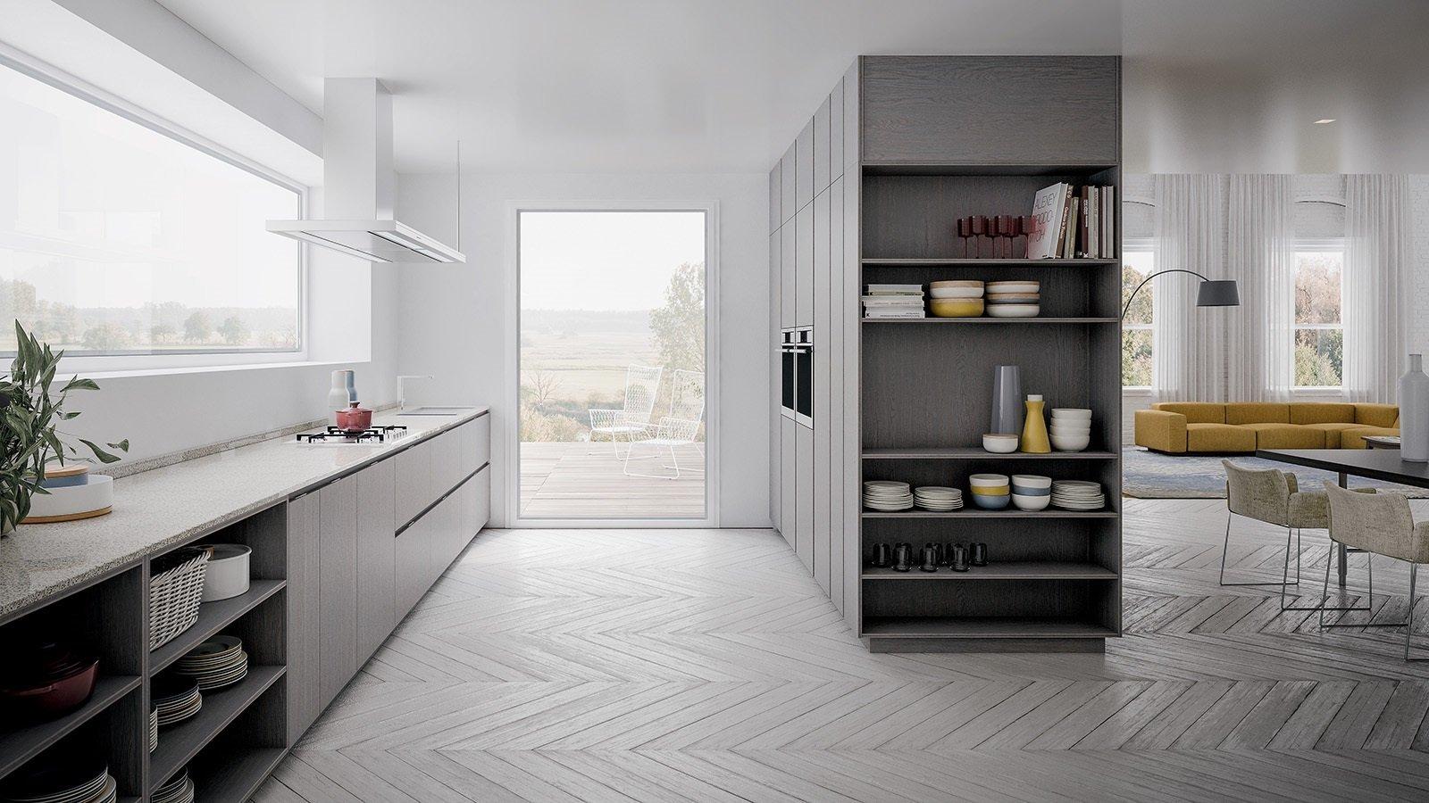una cucina di colore grigio chiaro è un divano giallo