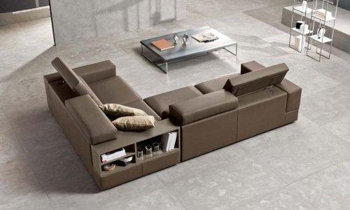divano angolare marrone con schienale regolabile