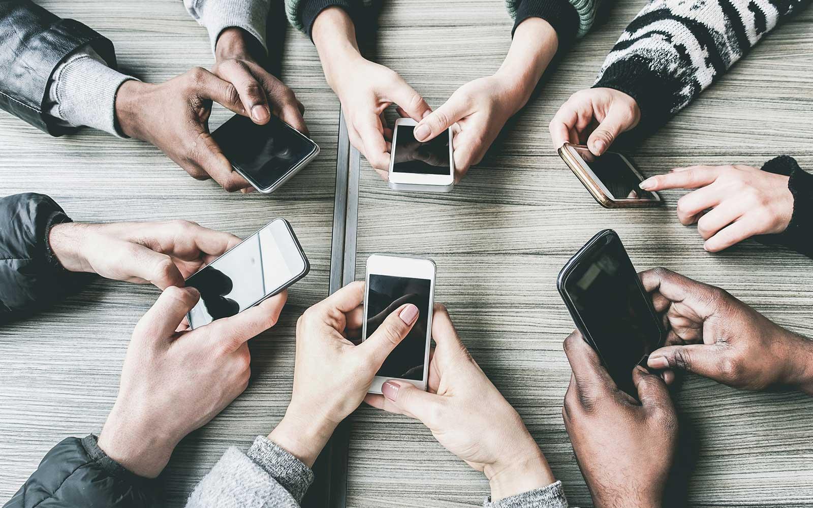Sei persone, sei cellulari diversi