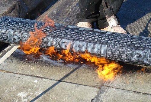 Una fiamma è un rotolo di tessuto impermeabilizzante