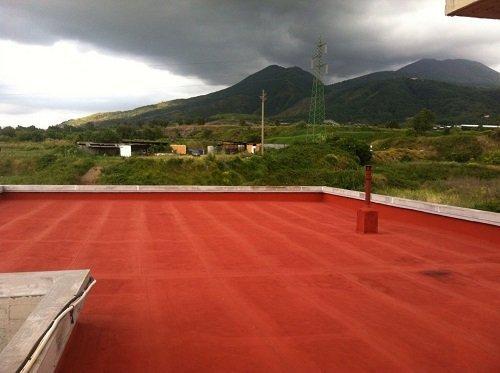 Una pavimentazione impermeabilizzata di un tetto di color rosso