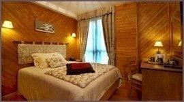 stanza in legno, letto caldo, stanza d albergo