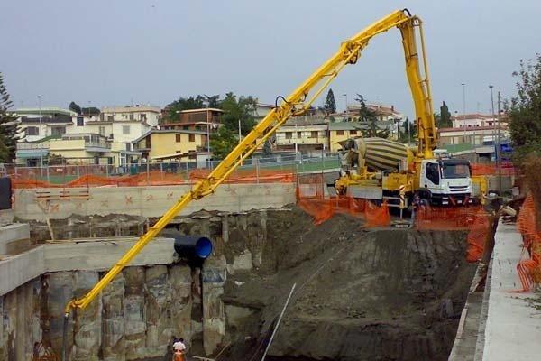 Escavatore in manovra