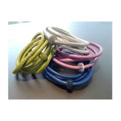Bracciali  in cordoncino di pelle e charme pavè di strass in vari colori