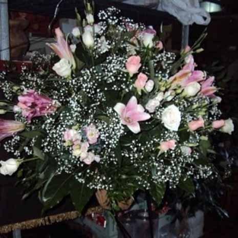 addobbo floreale fiori rosa e bianchi
