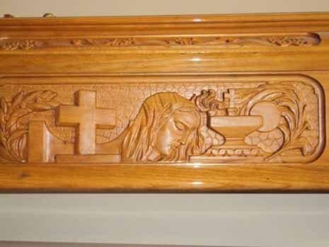 croce e gesu cristo intarsiati su un cofano in legno