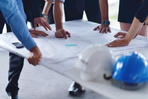 ingegneri controllano un progetto su una scrivania