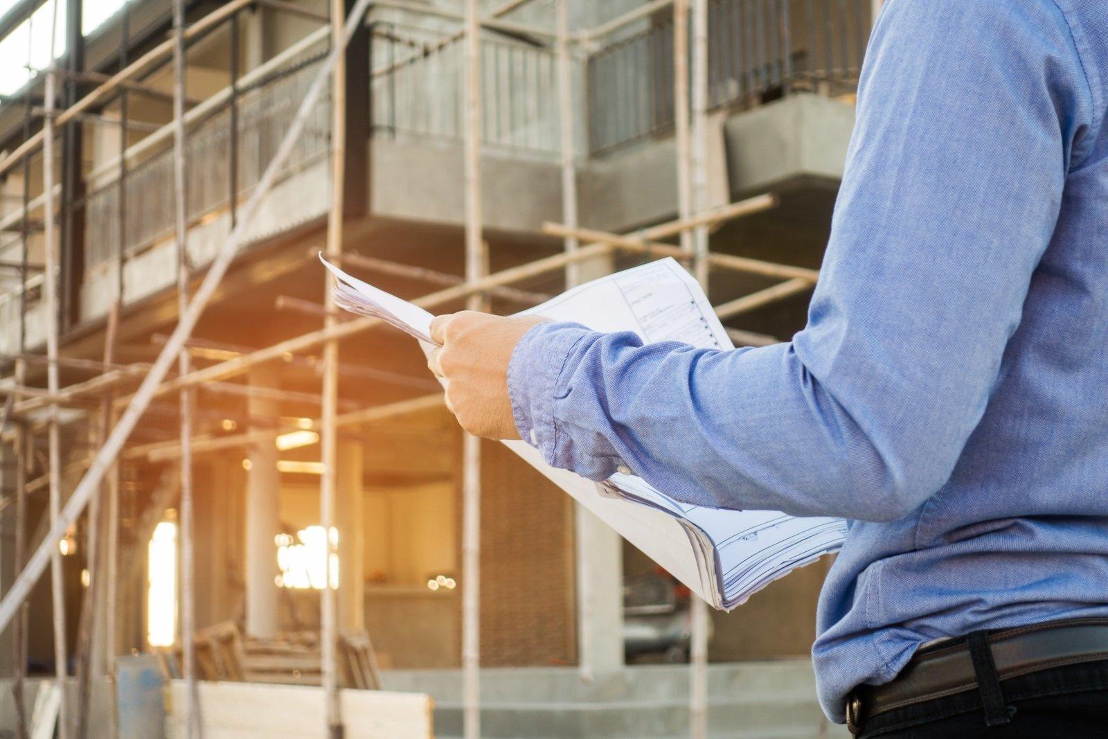 ingegnere edile che controlla un progetto