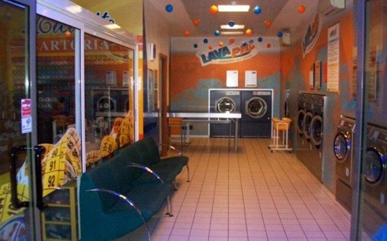 Gli interni della lavanderia Lava Piu