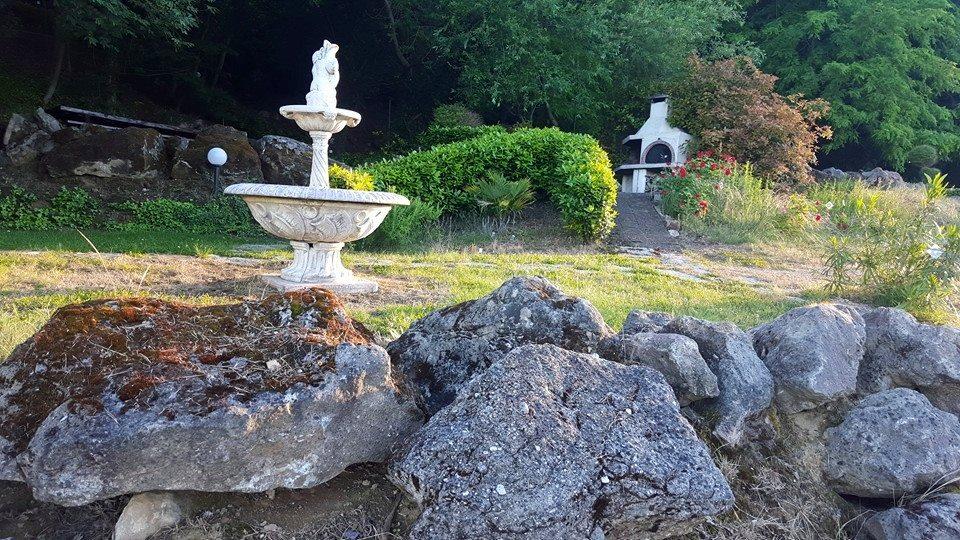 Fonte di pietra sul sentiero