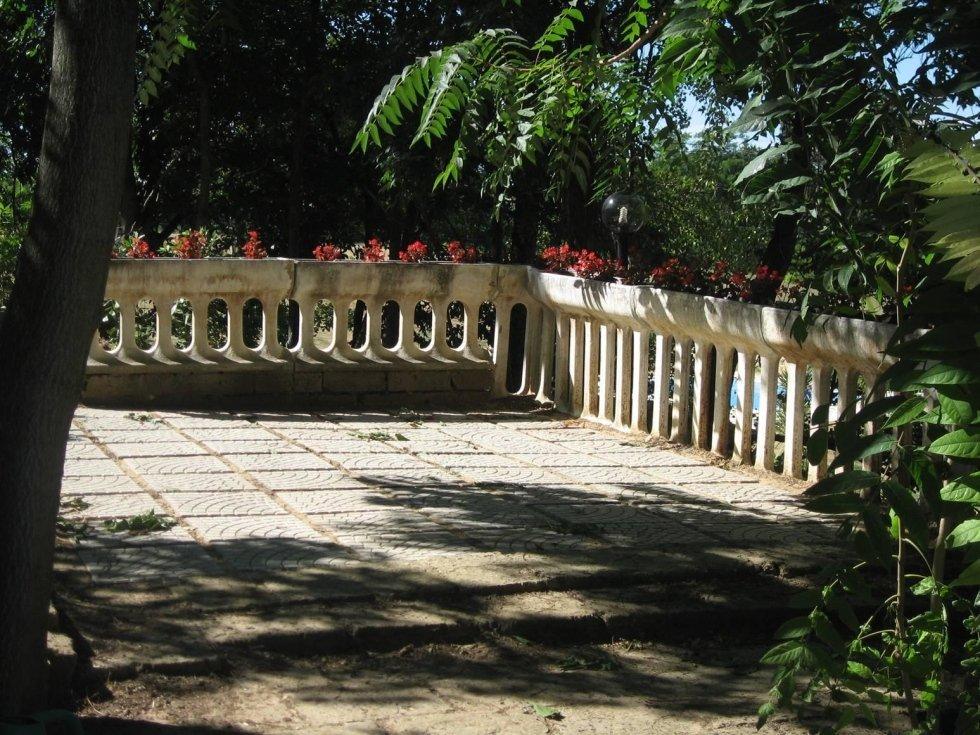 Angolo della terrazza con balaustra di pietra