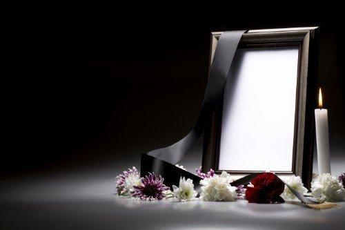 Un quadro di foto vuoto, una vela, una fascia nera e fiori