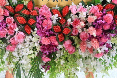 Decorazione floreale in toni rossi e rose