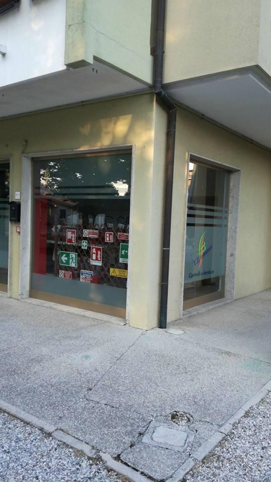 esterno d'angolo del negozio di estintori