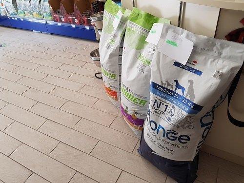 tre sacchi grandi di crocchette per cani