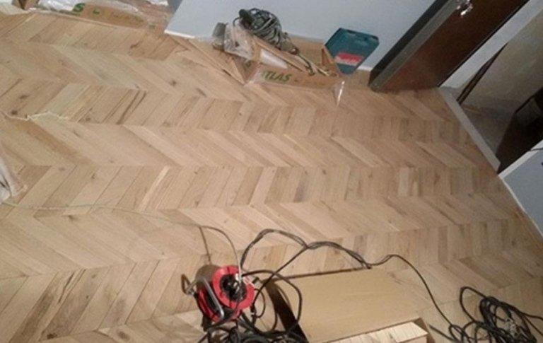 Posa di parquet e rivestimenti per la realizzazione di pavimenti e pareti di appartamenti.