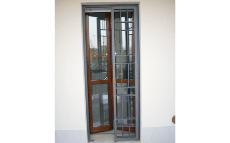 Grata porta in legno