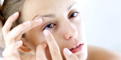women using contact lens after her eye exam in AIEA