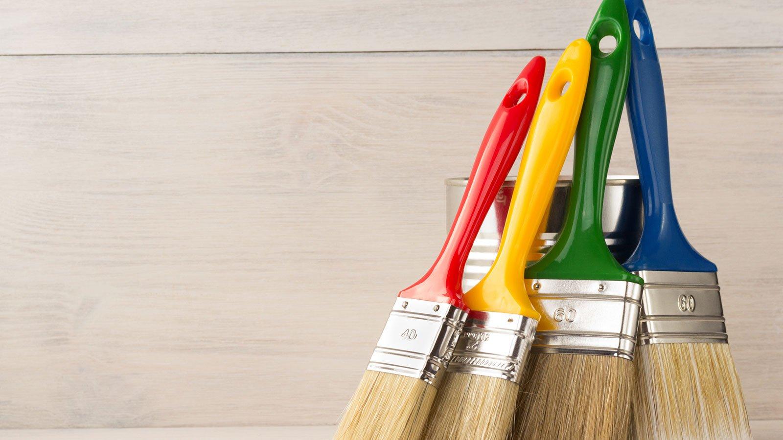 pennelli con manici di vari colori