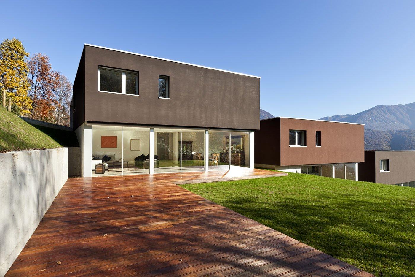 un appartamento moderno con giardino