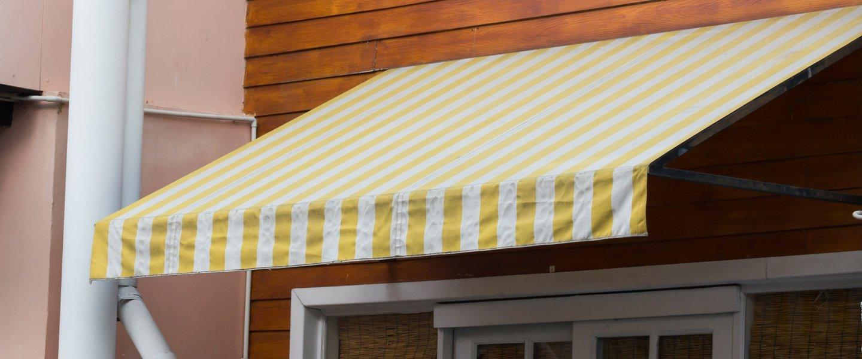 Tenda da esterno a righe gialle e bianche