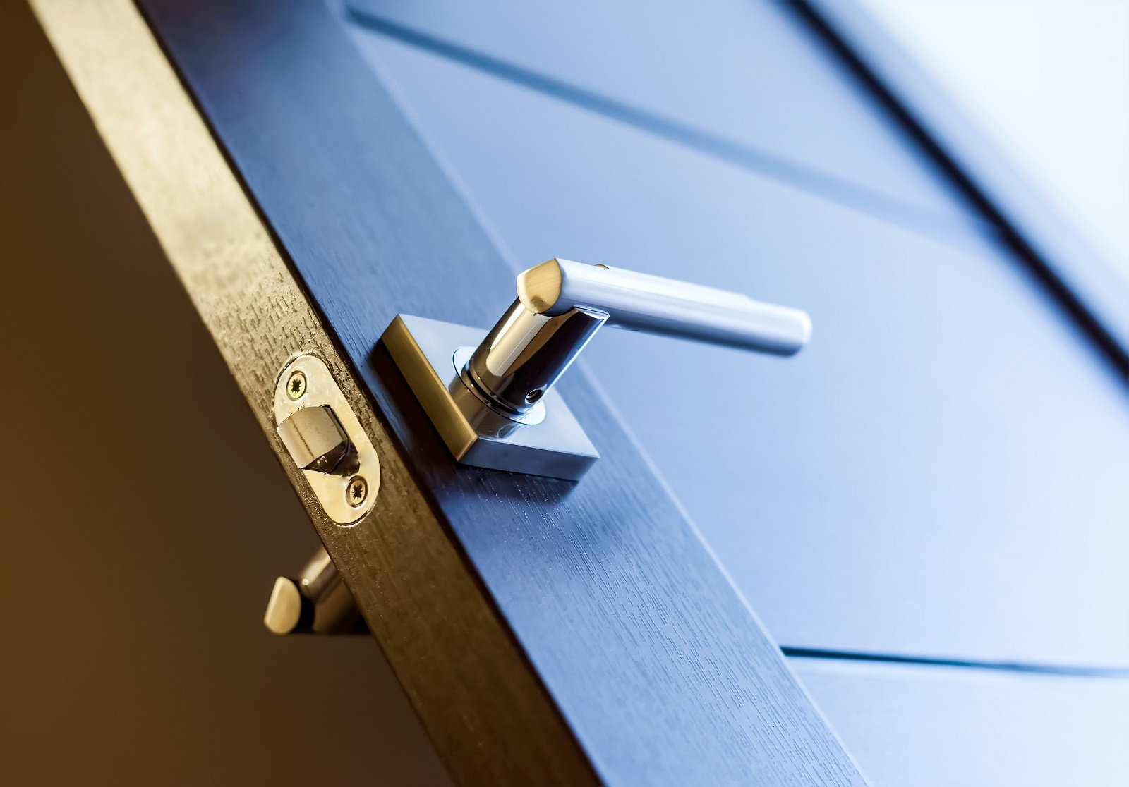 Maniglia d'acciaio di una porta in legno