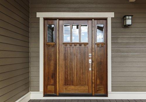 una porta di legno di una casa