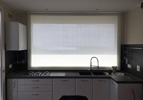 una cucina con una tenda di color bianco a pannello