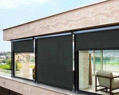 delle  vetrate con delle tende a rullo da esterno