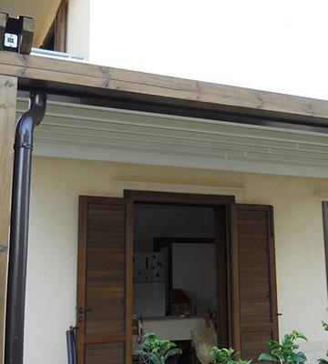 una finestra aperta con delle persiane di legno