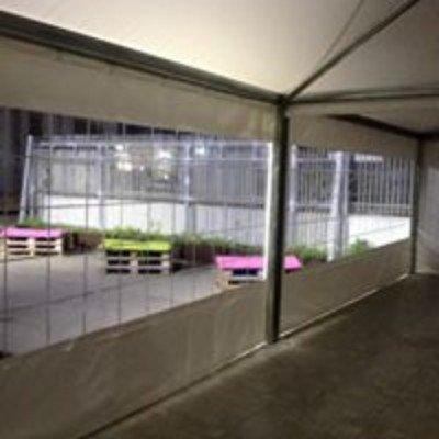 una tenda impermeabile e vista di alcuni bancali