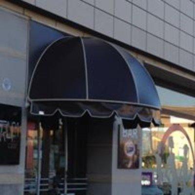 una tenda nera all'ingresso di un bar