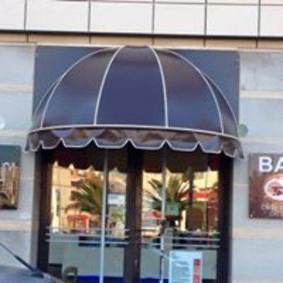 una tenda da esterno di colore nero davanti a una porta d'ingresso