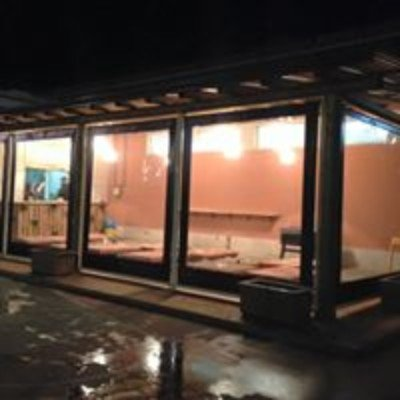 delle vetrate sotto una copertura
