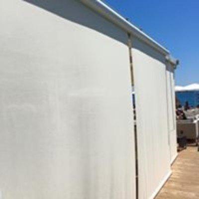 delle tende verticali di color bianco