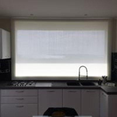 delle tende bianche oscuranti in una cucina