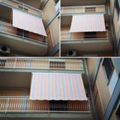 delle tende verticali grigie e rosa su dei balconi
