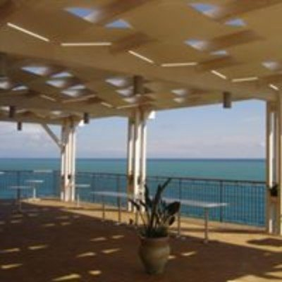 una copertura su un terrazzo con vista del  mare