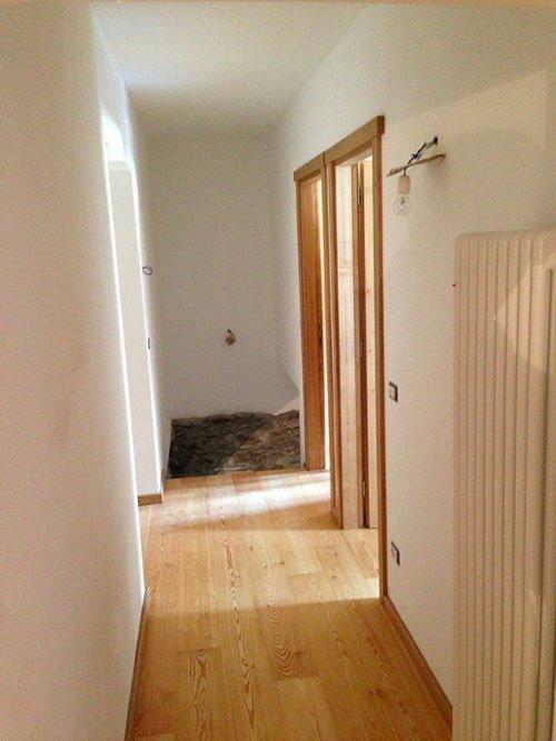 Corridoio con suolo di legno