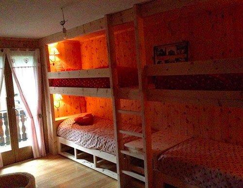 Camera da letto di legno con letto a castello